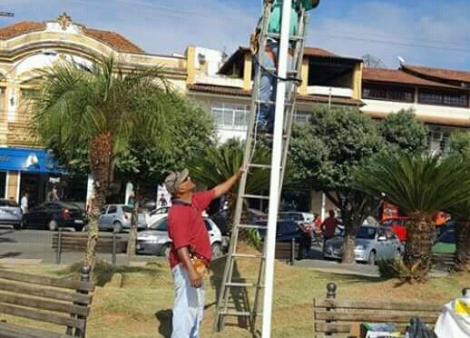 PREFEITURA DE PÁDUA TROCA LÂMPADAS QUEIMADAS NO CENTRO DA CIDADE