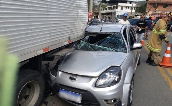 DUAS PESSOAS ESCAPAM ILESAS DE ACIDENTE ENTRE CARRO E CAMINHÃO NA SERRA