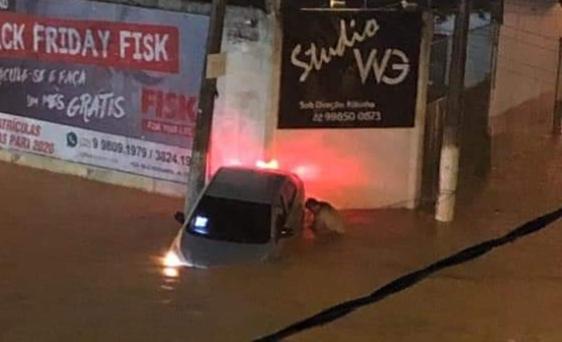 Forte chuva atinge cidade de Itaperuna e deixa carros submersos