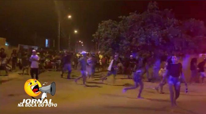 Pandemia não impede organização de eventos e ação policial com viaturas, armas e cães dispersa multidão
